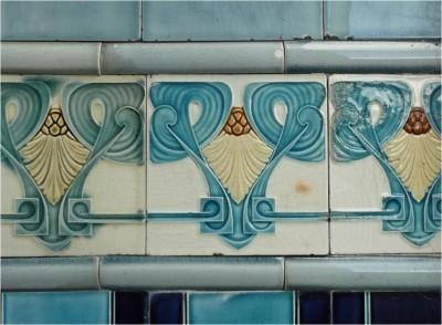 Майоликовый рельефный фриз на фасаде в Доккум, Голландия