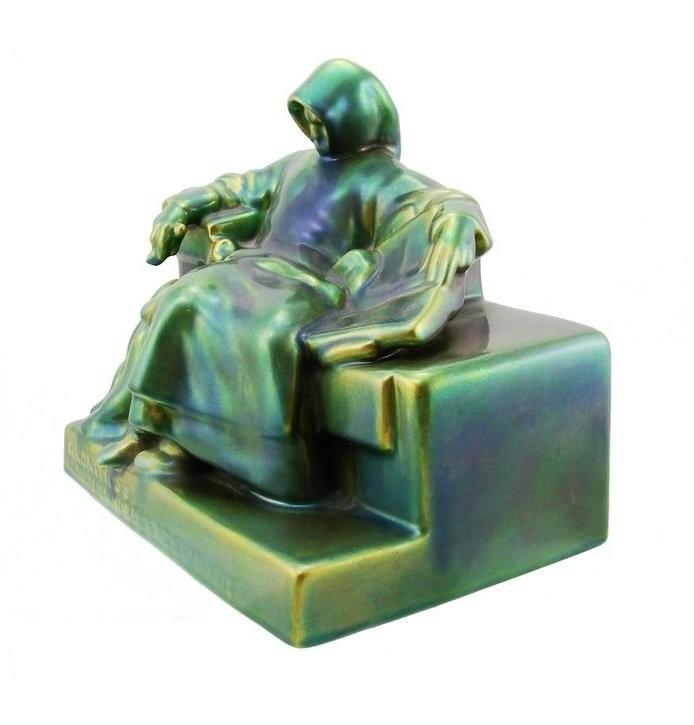Скульптура неизвестного в эозиновой глазури