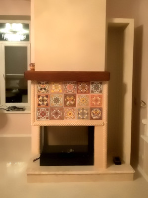 Камин с рельефными плитками-арабесками, расписанными разноцветными глазурями в сложной пастельной гамме