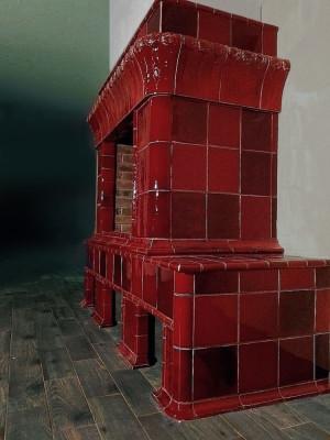 Изразцовый камин пурпурно-красного цвета, сделанный по мотивам антикварной печи Ракколаниокского гончарного завода начала XX века