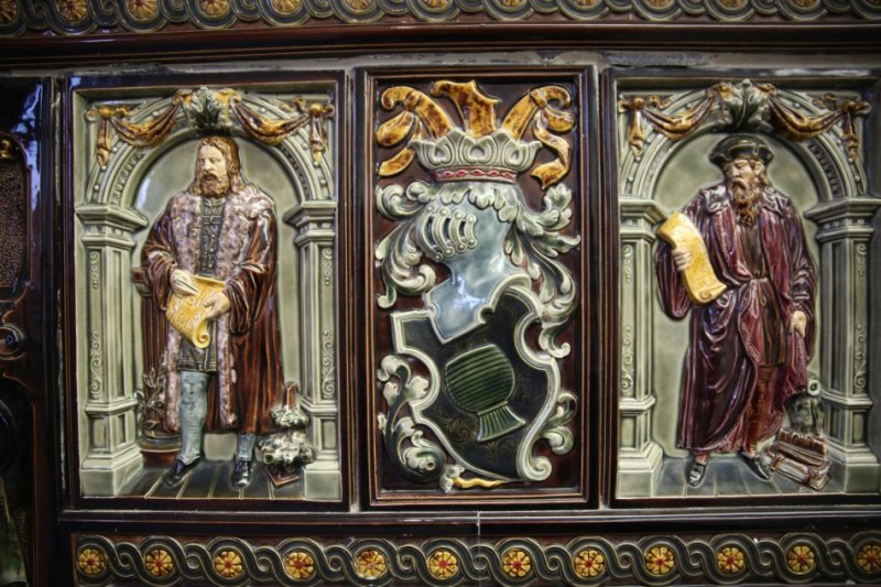Изразцовый барельеф с печи в Музее Саргемина
