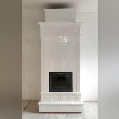 Белоснежный изразцовый камин, построенный в духе классических городских печек конца XIX начала XX веков.