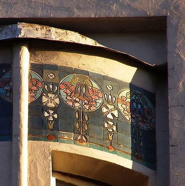 Майоликовые фризы на доме Бадаева