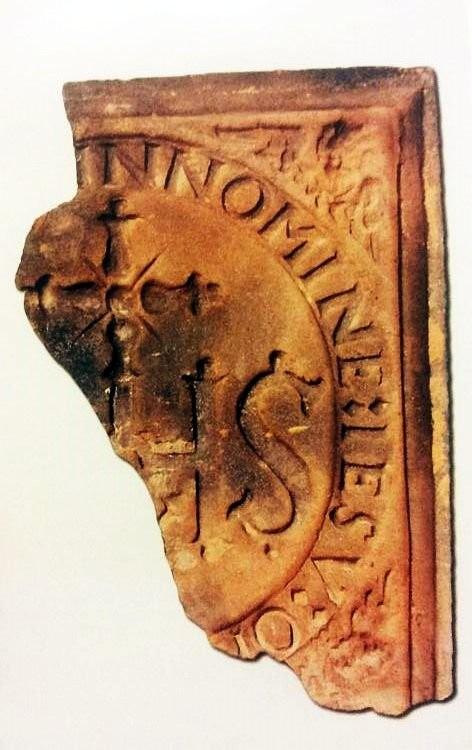 Фрагмент терракотового стенного изразца с иезуитской символикой