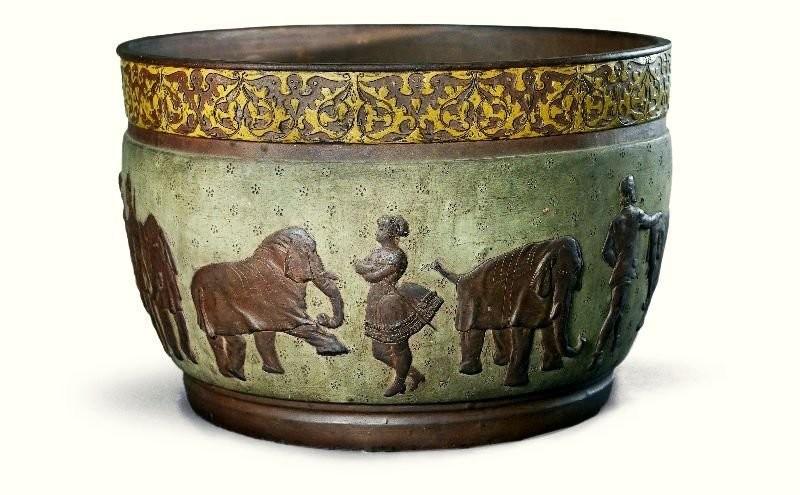 Керамическая ваза с шликерной росписью и накладными рельефами