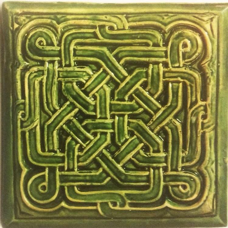 Смоленский изразец с узелковым орнаментом производства предприятия Будникова