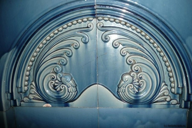 Рельеф изразцового камина в квартире жилого комплекса Бассейного товарищества в Санкт-Петербурге Ракколаниокского завода