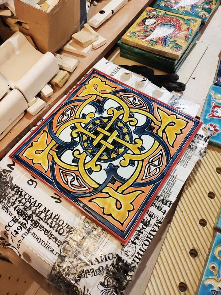 Орнаментальная керамогранитная плитка для декорирования фасада