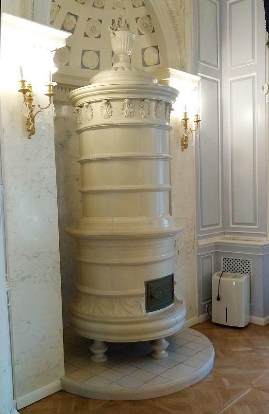 Круглая изразцовая печь в бальном зале
