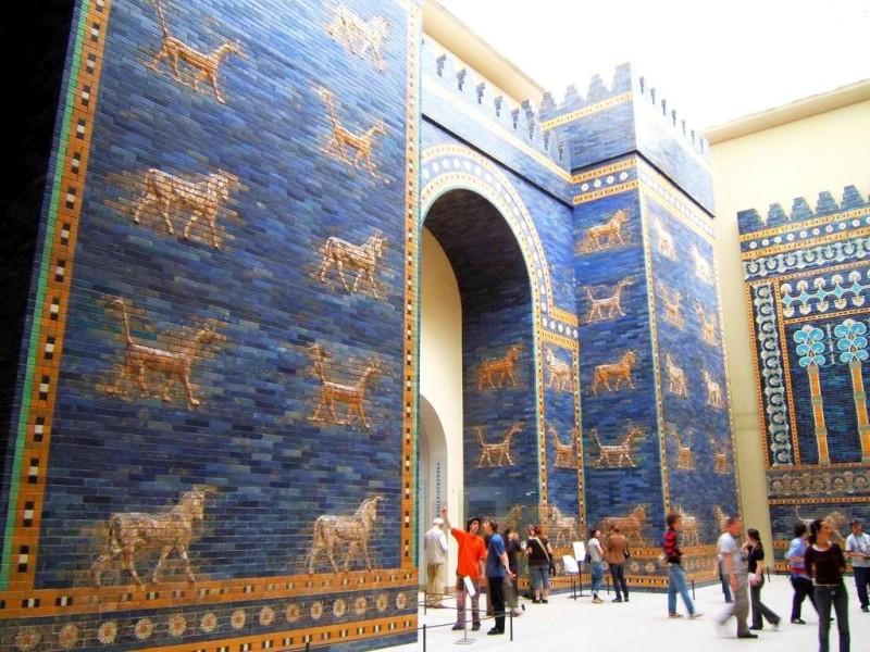 Реконструкция ворот Иштар в Пергамском музее. Керамика