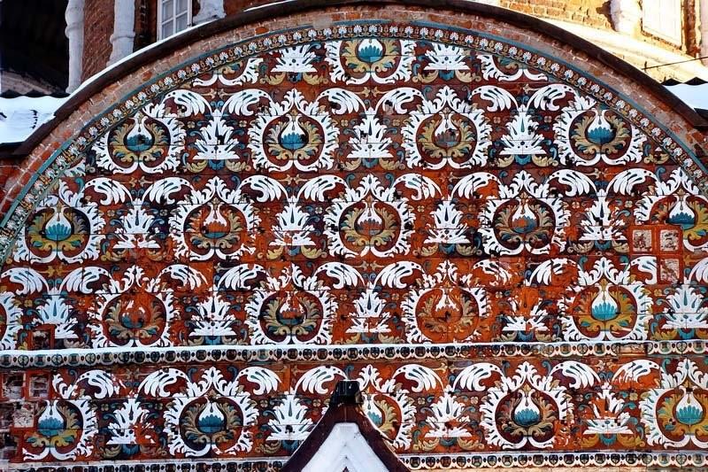 Изразцовый декор Павлинье Око центральной закомары западного фасада собора Покрова Пресвятой Богородицы в Измайлово в Москве