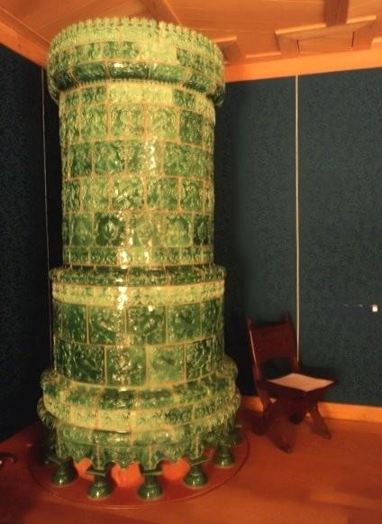 Изразцовая печь с муравлеными изразцами в молельной комнате царицы