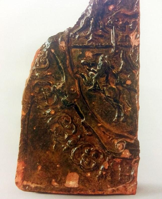 Фрагмент глазурованного изразца XVII века с геральдическим орнаментом