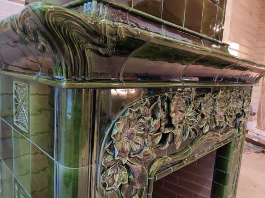 Изразцовый камин в стиле арнуво (Art Nouveau) с декоративными панно с лепным шиповником