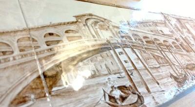 Второе и третье панно камина: с видом на мост Риальто — мост Поцелуев — на Большом Канале в Венеции (написано по мотивам полотна Луиджи Ферацци) и с видом на Венецианский залив и собор Сан-Марко (написано по мотивам картины современного художника Андрея Стерхова).