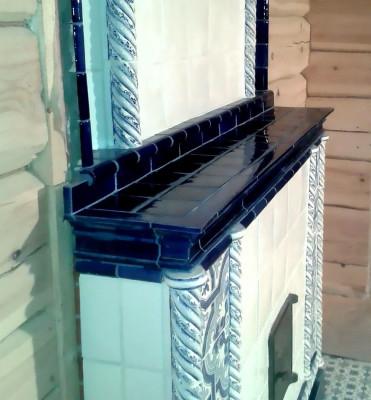 Элегантная печь в бело-синей гамме, облицованная изразцовыми плитками с орнаментами азулежу