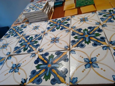 Рядные изразцовые плитки с росписью в итальянском стиле, изразцовые печи и камины