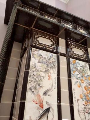 Изразцовый камин в китайском стиле с живописными панно в жанре хуаняо (цветы и птицы) периода Цин, резными китайскими решетками и пагодообразными карнизами