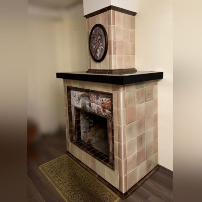 Изразцовый камин с керамическим панно с сеттерами