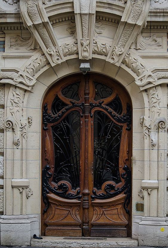 Вход в дом Лавиротта на площади Рапп, 3