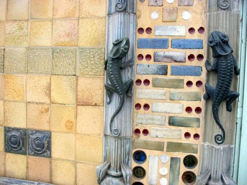 Керамические саламандры на здании мануфактуры Шарля Гребера