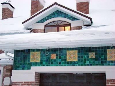 Пример применения зеленой фасадной майолики в сочетании с красным кирпичом и белыми карнизами