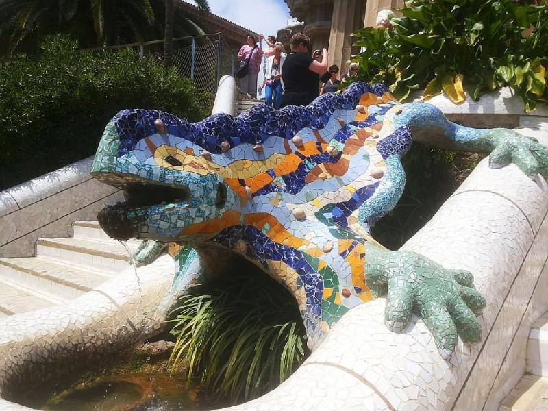 Легендарная ящерица, облицованная керамической плиткой в технике trencadis