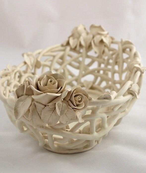 Керамическая конфетница Елены Зайченко из плетеной керамики с лепными розами