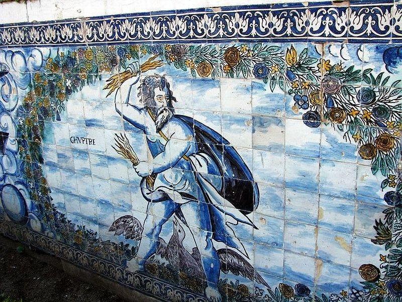 Старинное терракотовое панно азулежу в замке таплиеров в Томаре Конвенту-де-Кришту в Португалии с признаками разрушения керамики