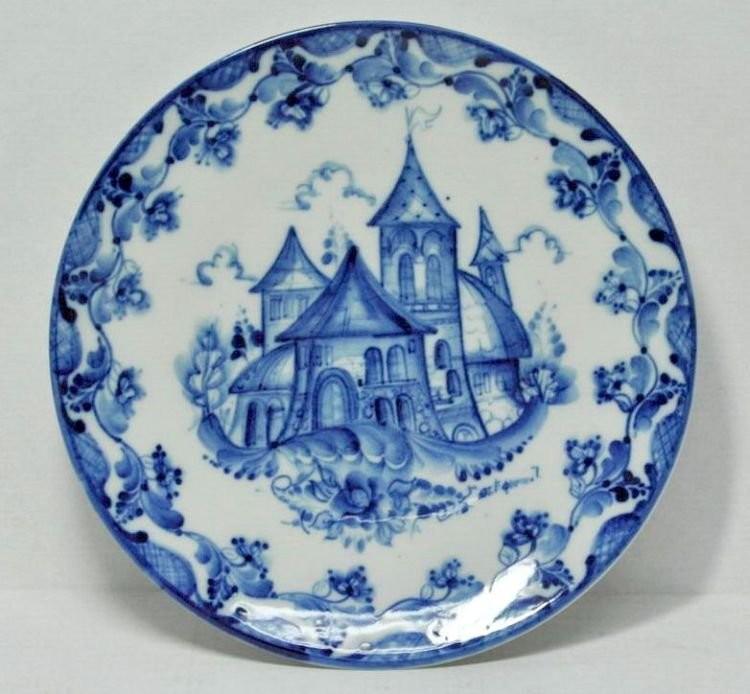Замок на тарелке, написанный в гжельской технике полукистевого мазка