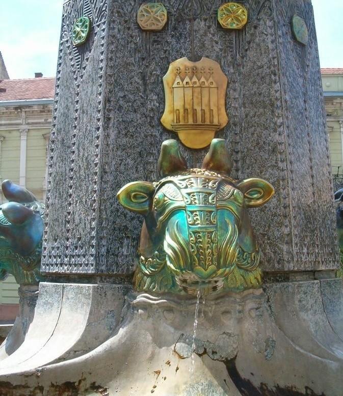 Фонтан с керамическими декорами мануфактуры Жолнаи