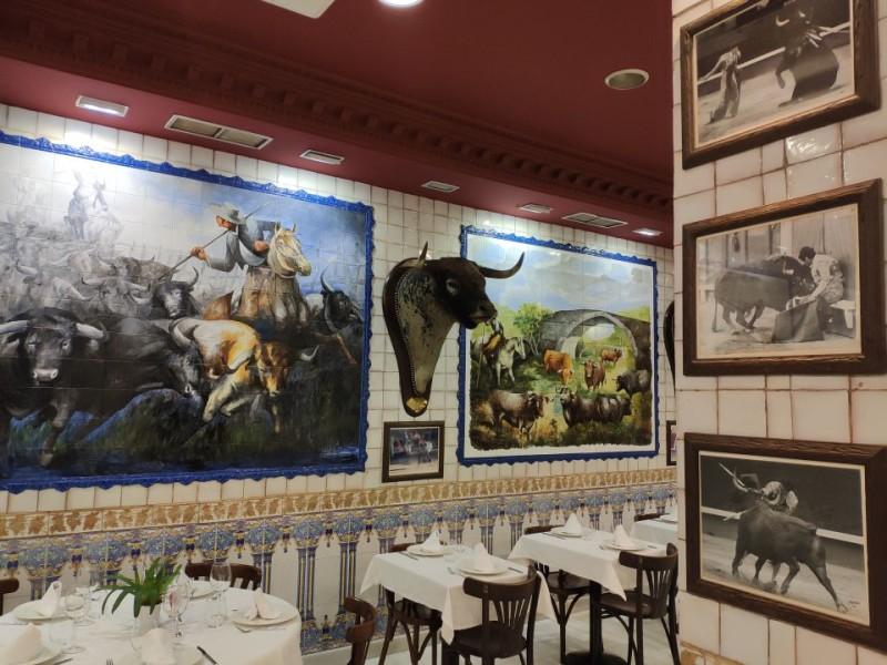 Керамические панно и головы быков в матадорском кафе рядом с Пуэрто дель Сол