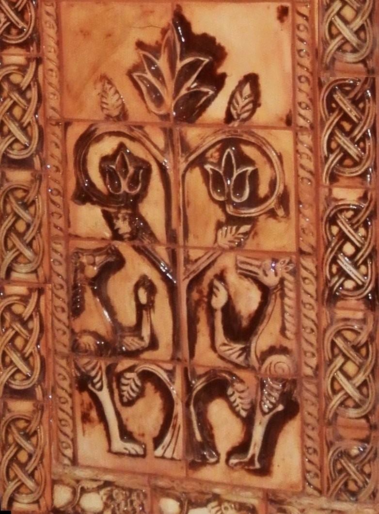 Изображение древа жизни с элементами узелкового орнамента на печи работы наших коллег из мастерской Клинская Керамика