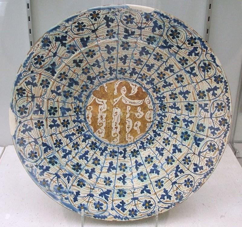 Испано-мавританское блюдо с христианскими инициалами, 1430-1500 гг.