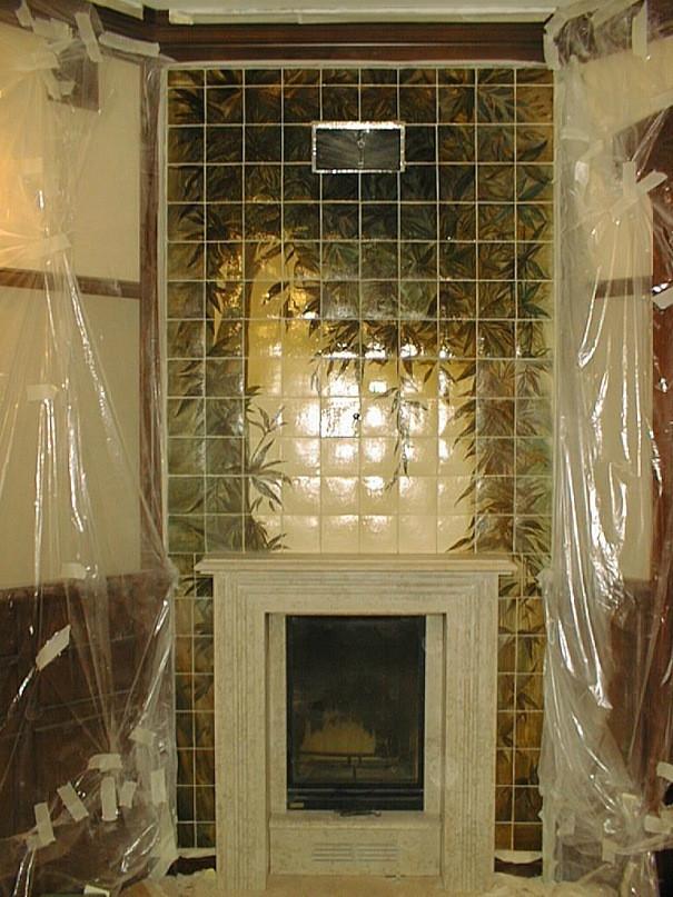 Встроенный камин с изразцовой облицовкой стены