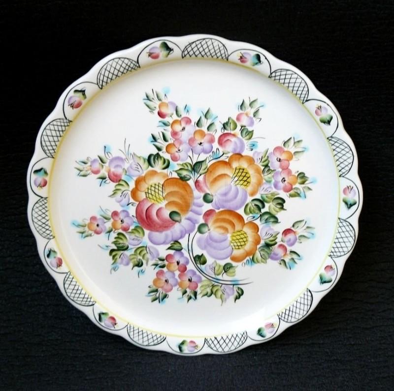 Тарелка с характерной семикаракорской росписью