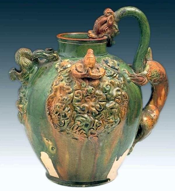 Этот кувшин эпохи Тан выполнен в стиле саньцай с использованием трехцветной глазури 7-8 век