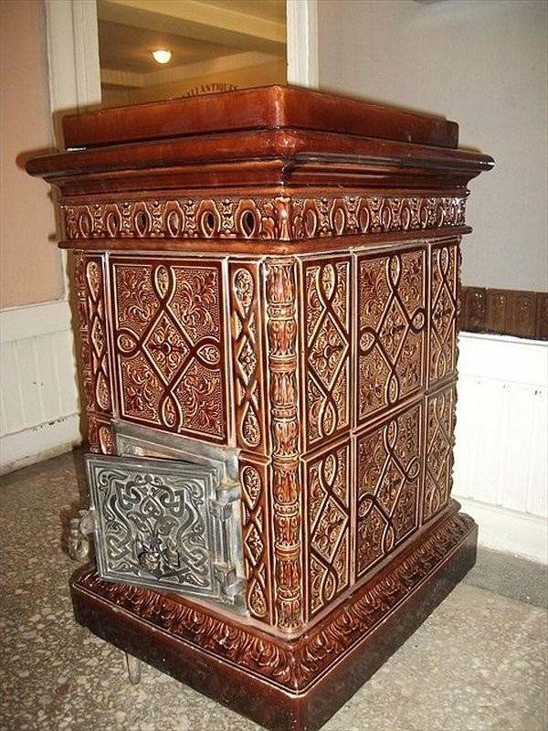 Небольшая изразцовая печка из дворца Долмабахче, восстановленная в мастерской Халита Учароглу