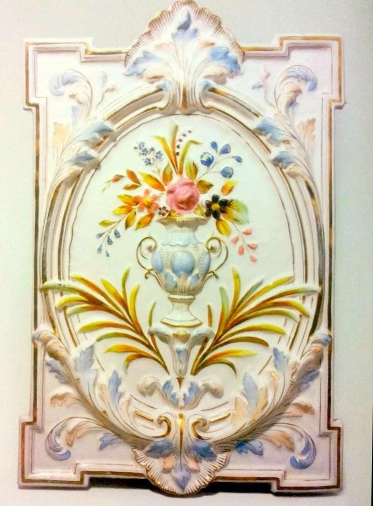 Полихромная рельефная фронтонная плита с надглазурной росписью золотом производства завода Л. А. Глембовецкого