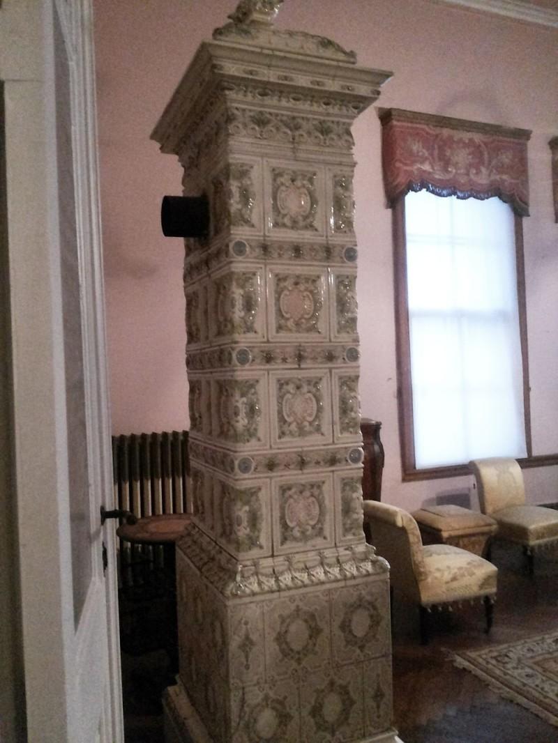 Большая изразцовая печь в одном из кабинетов дворца Долмабахче