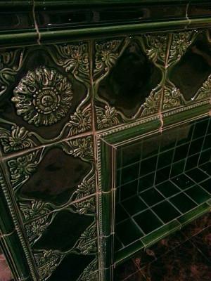 Изразцовый камин богатого викторианского цвета с рельефами и керамическим панно по мотивам средневекового гобелена