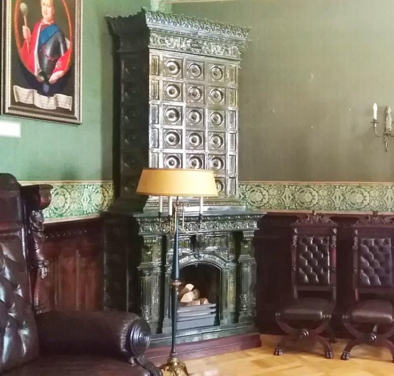 Изразцовый камин в кабинете князя. Реставрация.