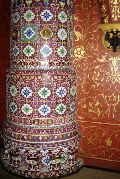 Круглая печь с ковровым заполнением изразцами
