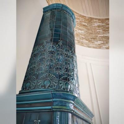Изразцовый камин, построенный в духе старинных круглых печек