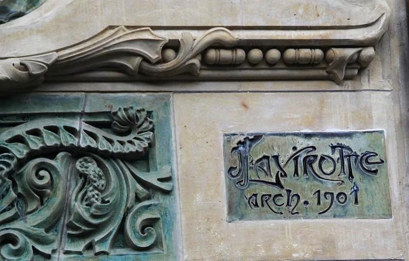 Подпись архитектора на керамическом изразце дома 29 по улице Рапп