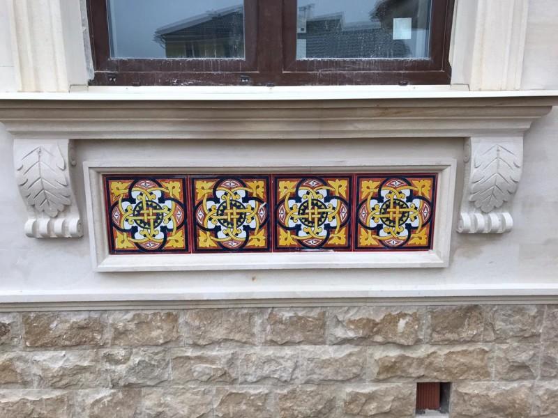 Орнаментальная керамогранитная плитка на фасаде
