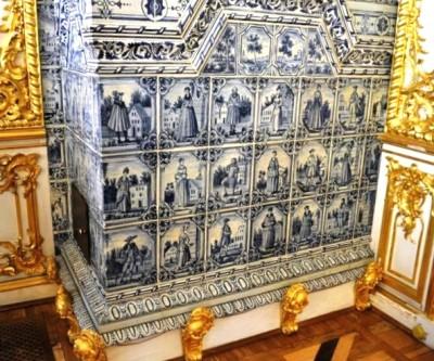 Изразцовая печь Екатерининского дворца в голландском стиле с изображением персонажей XVIII века