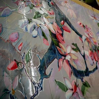 Фасадное керамическое панно с цветущей сакурой. Фасадная майолика.