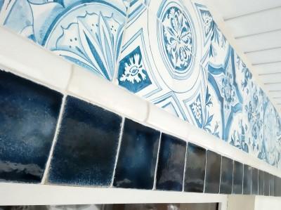 Фриз на фасаде дома с изразцами азулежу и синими майоликовыми плитками