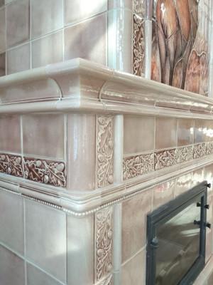 Акварельный изразцовый майоликовый камин, облицованный изразцами и крупным панно с рельефным оленем